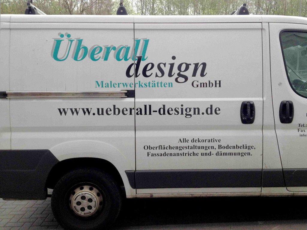Transporter der Firma Überall Design Malerwerkstatt