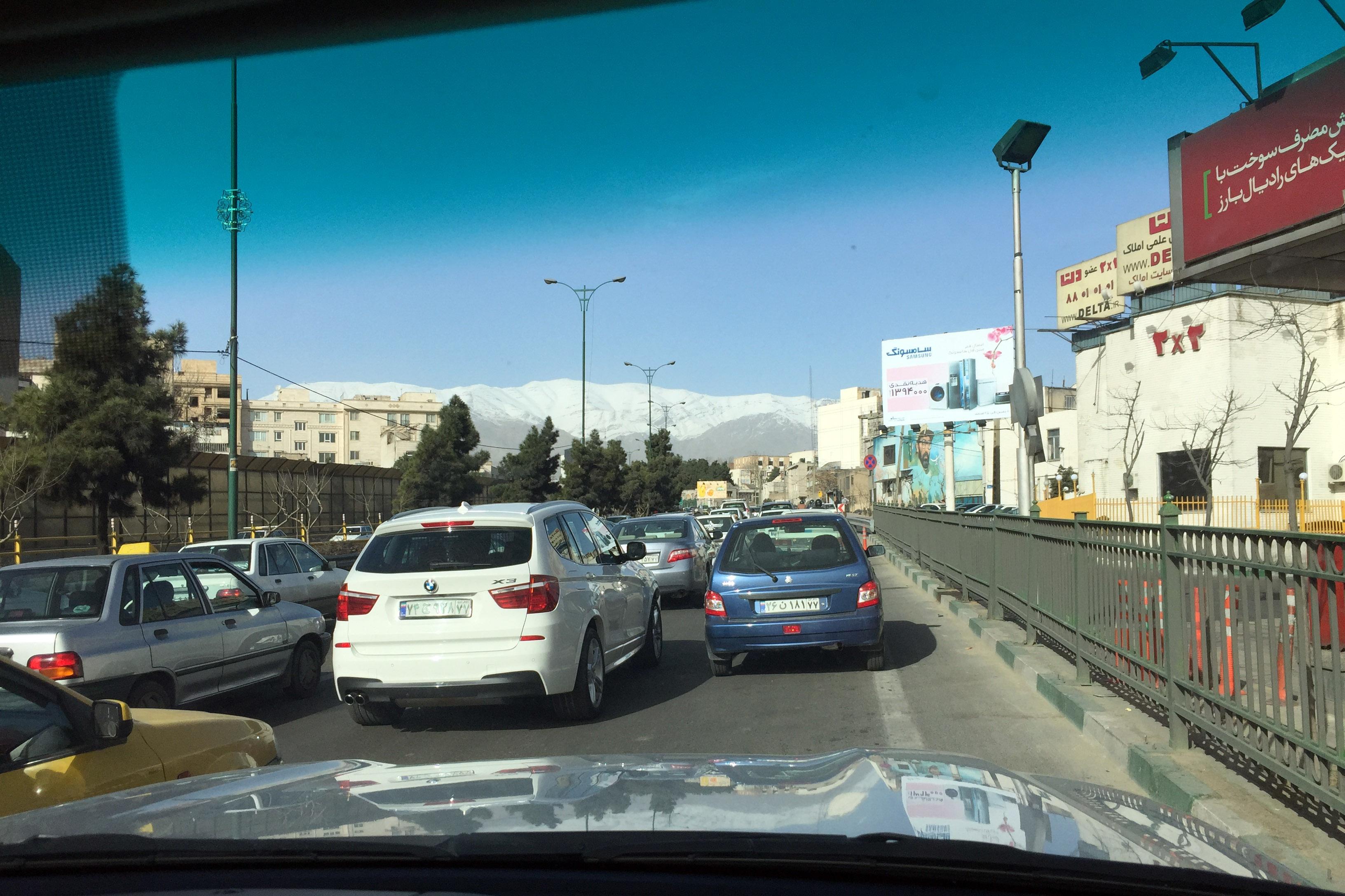 Dichter Straßenverkehr in Teheran aus dem Auto fotografiert von Rein Wolfs