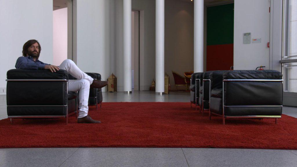 Gregor Schwellenbach sitzt in einem der Sessel im Foyer der Bundeskunsthalle
