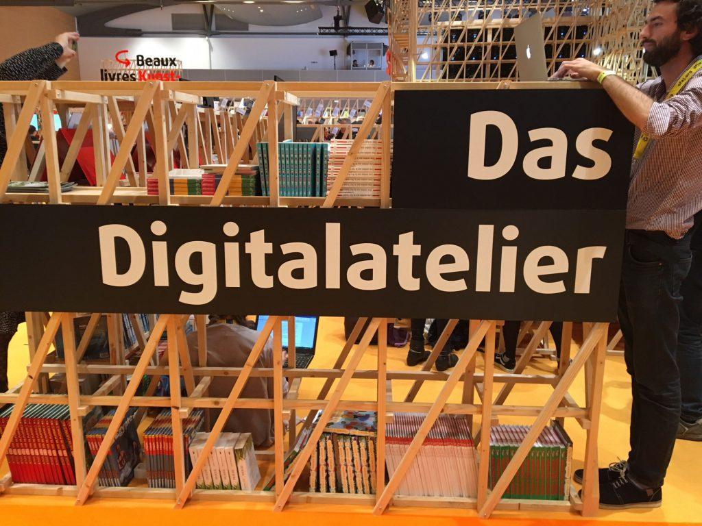 Das Digitalatelier war Teil und ein Projekt des französischen Pavillons. Das Foto zeigt das Schild mit der gleichnamigen Aufschrift.