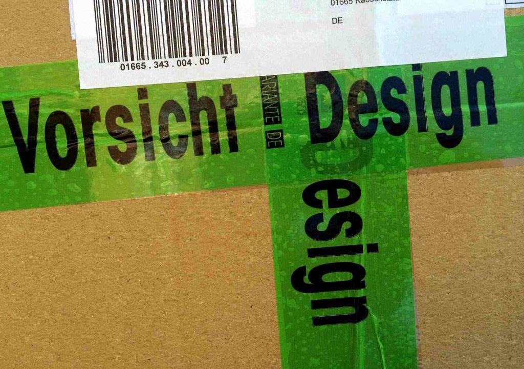Paket mit der Aufschrift Vorsicht Design