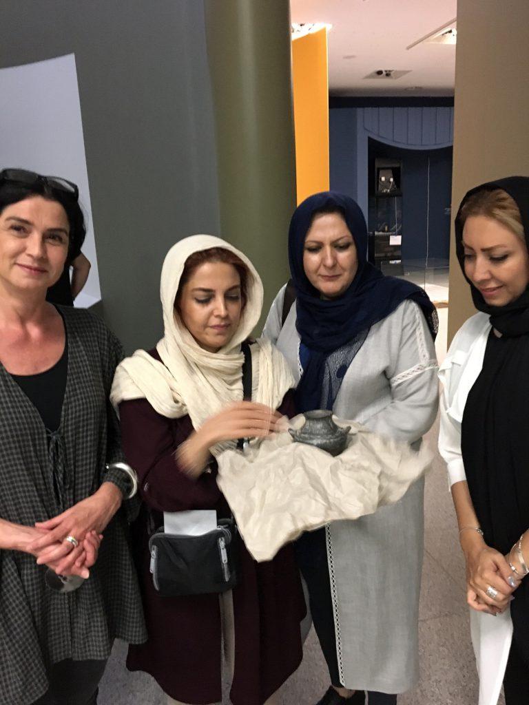 Susanne Annen und die Mitarbeiterinnen des Nationalmuseums Teheran, die das Gefäß in Empfang nehmen, Foto: H. Gehring
