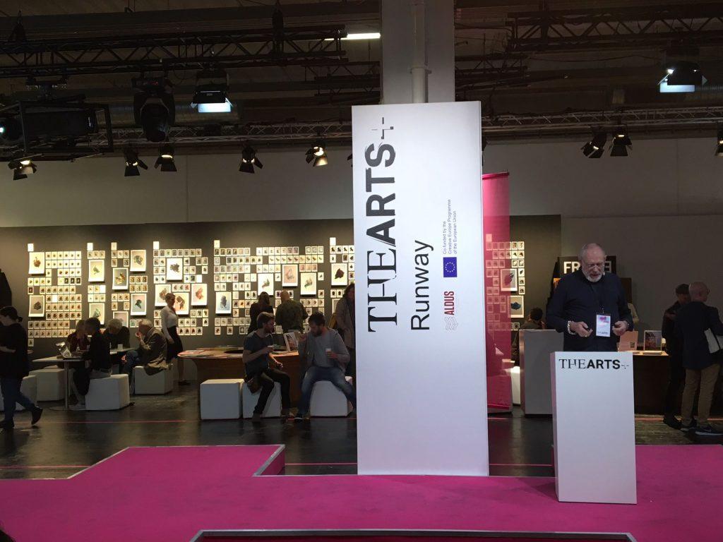 Das Foto zeigt einen Blick in den neuen Buchmessen-Teil THE ARTS+ Fair. Es ist der Versuch, innovative Unternehmen der internationalen Kultur- und Technologiebranche zusammenzubringen. Es werden Fragen gestellt wie: Kunst und Kultur in der Urheberschaftskrise? Wird es der Kunst ähnlich ergehen wie Musik, Publishing und Film im digitalen Zeitalter?