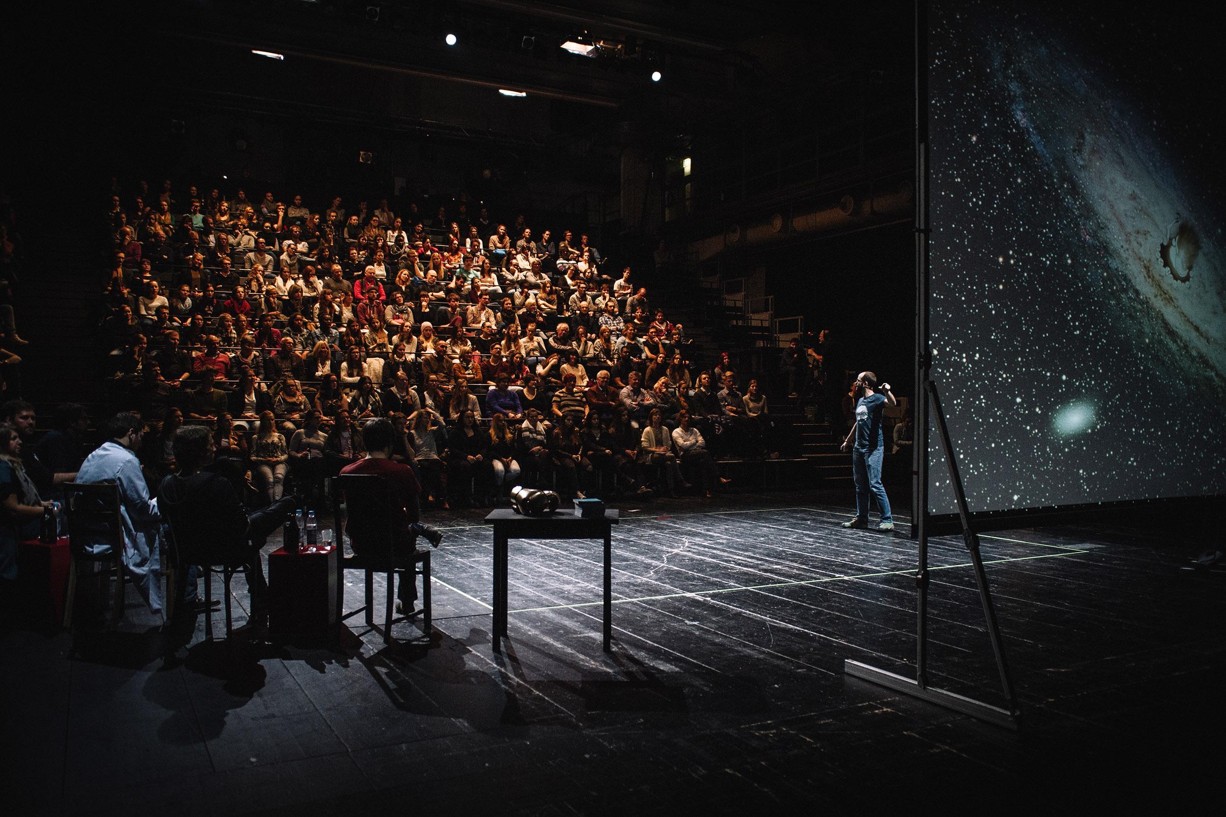 Wissenschaftler präsentieren sich dem Publikum auf der Bühne beim Science Slam