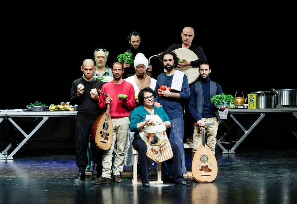 Tänzer, Musiker und Köchin auf der Bühne