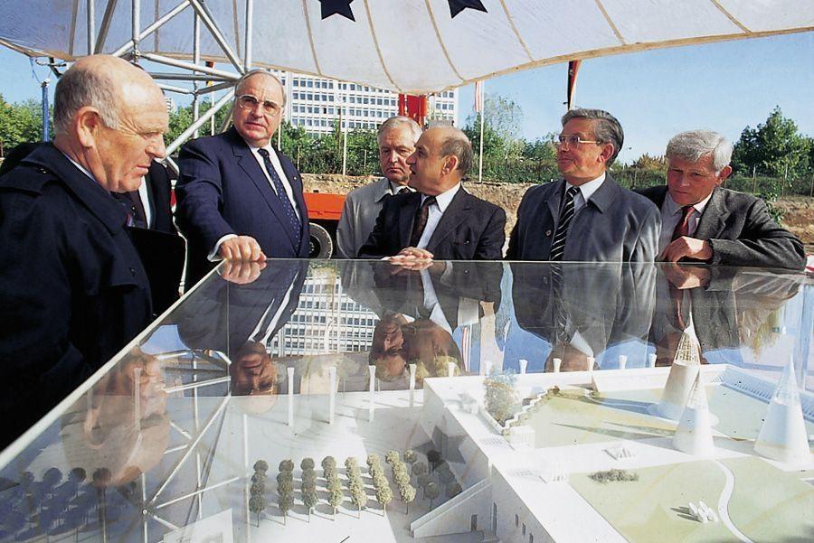 Helmut Kohl und Gustav Peichl vor dem Modell der Bundeskunsthalle