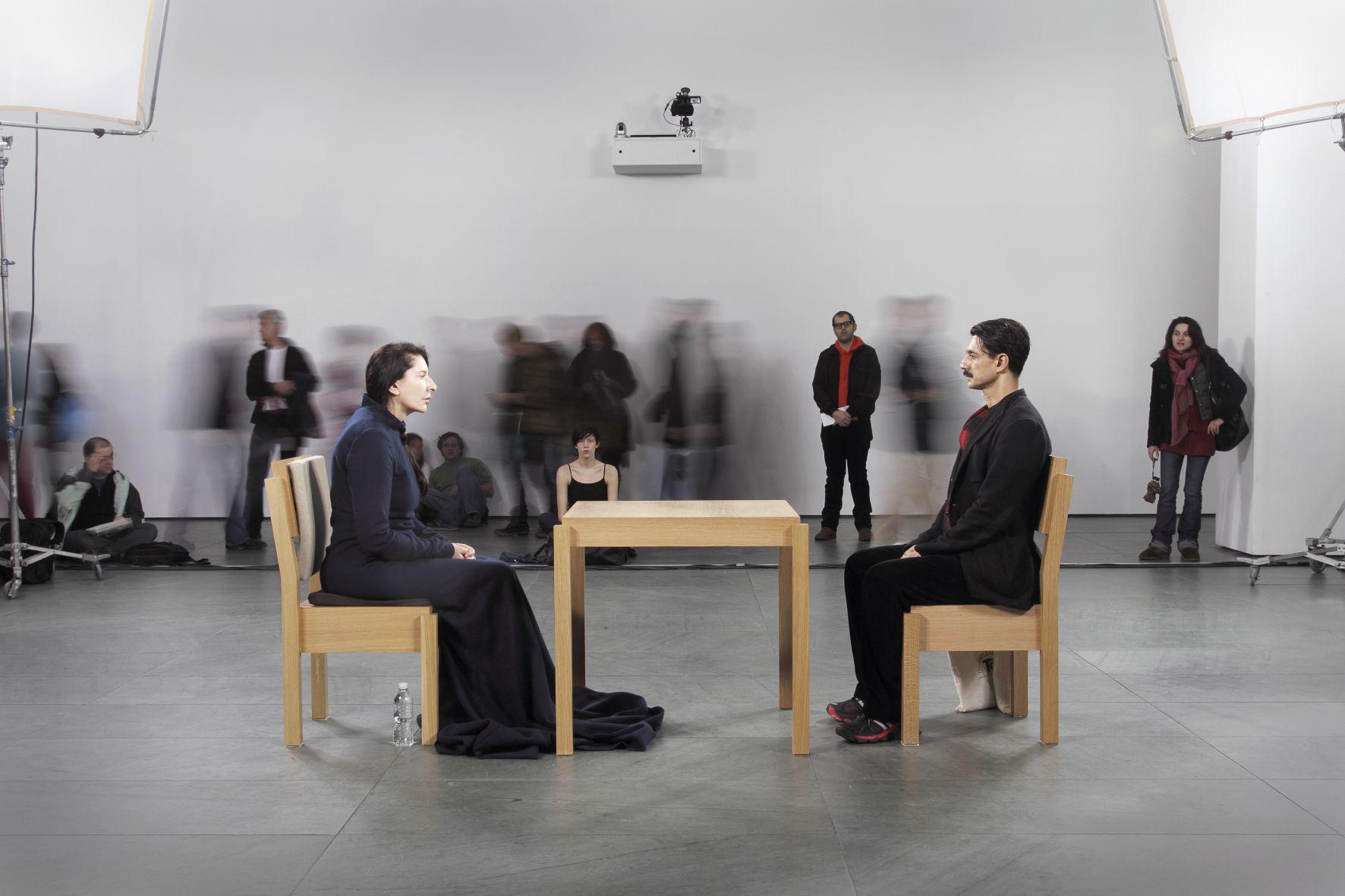 Marina Abramović, The Artist is Present, Performance, Die Künstlerin sitzt den Besuchern gegenüber
