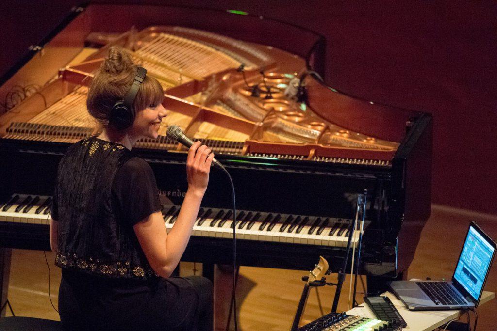 Poppy Ackroyd, spielt live am Klavier im Forum der Bundeskunsthalle