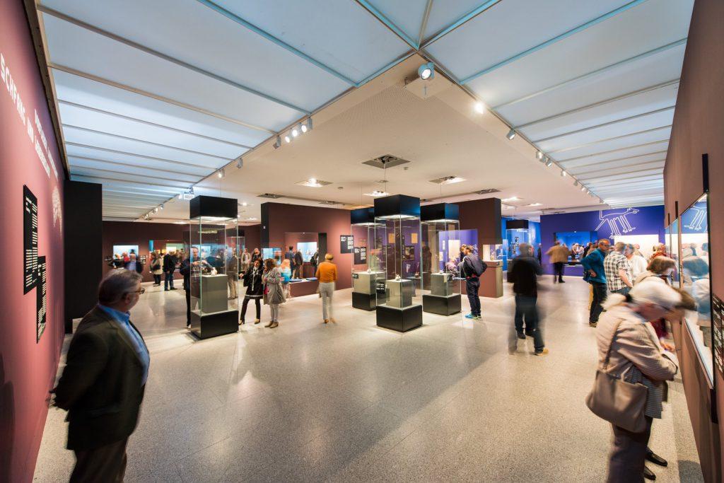 Ausstellungsansicht. Gäste bewundern archäologische Funde