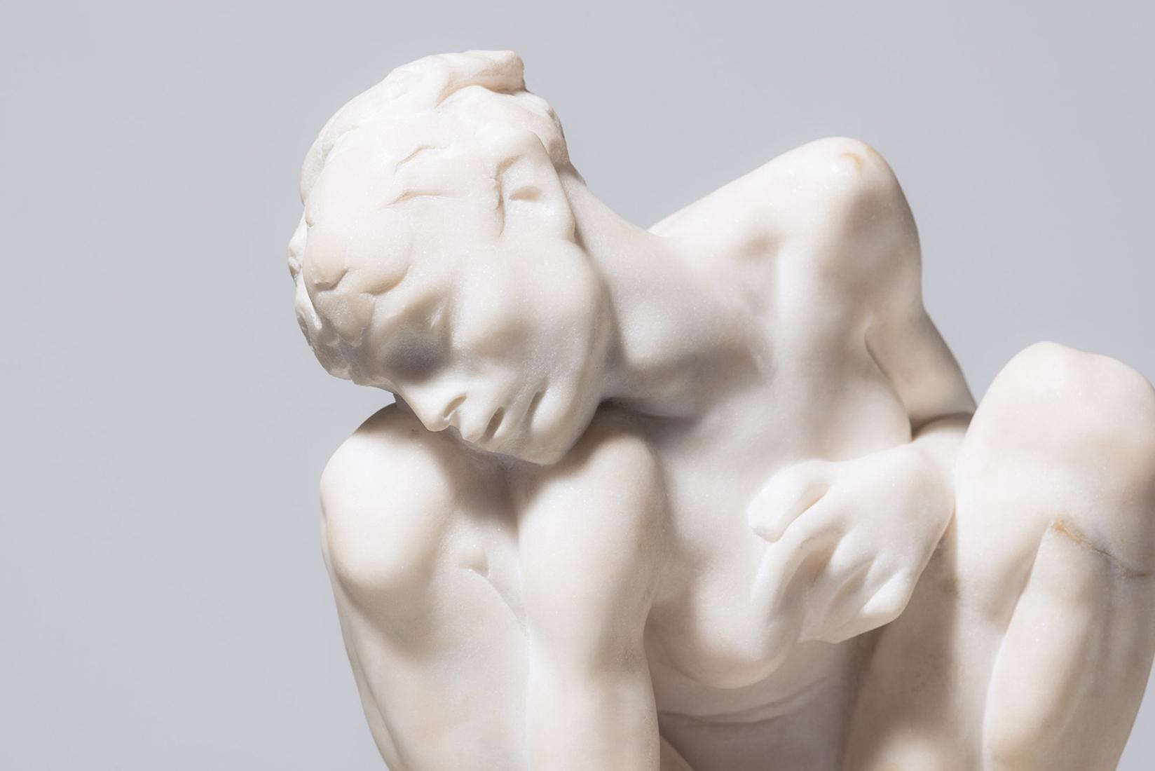 Weiße Skulptur, Auguste Rodin (1840–1917), Kauernde, um 1882,
