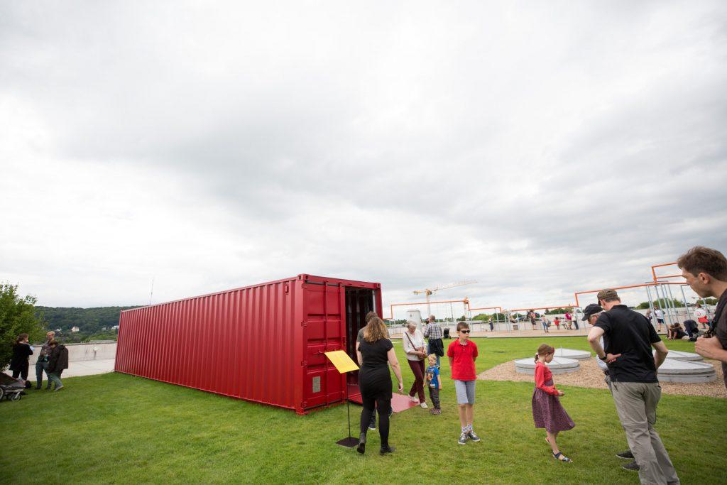 Der rote Container von außen