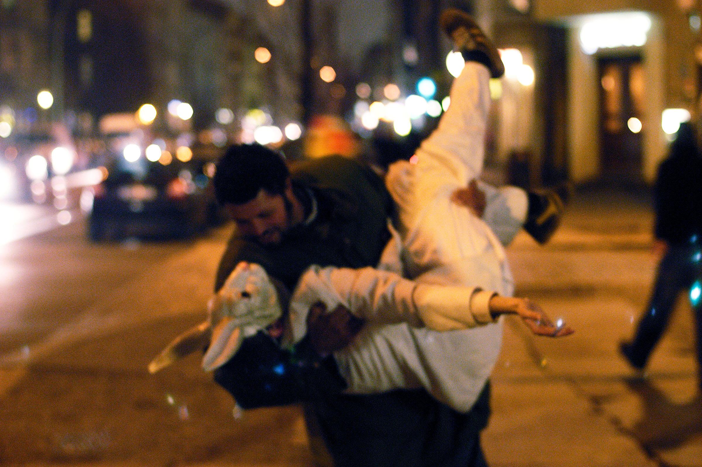 Der Held in Hasenkostüm wird beim Happy End von einem Passanten geküsst.