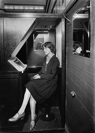 Photomaton-Automat, 1928, Foto: Ernst Gränert, © bpk, Kunstbibliothek, SMB, Photothek Willy Römer / Ernst Gränert