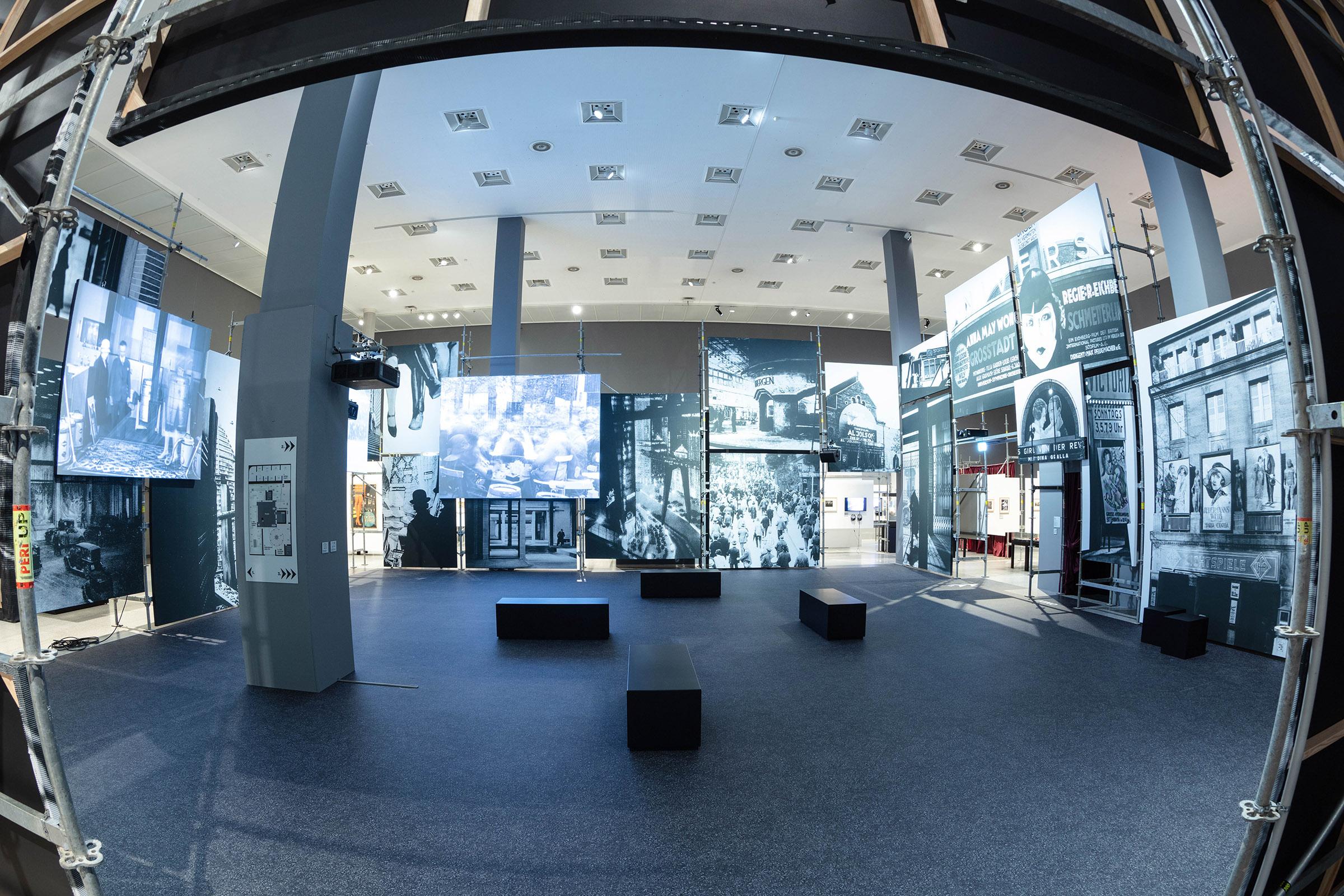 """Ausstellungsansicht """"Plaza"""", Foto: Peter-Paul Weiler © Kunst- und Ausstellungshalle der Bundesrepublik Deutschland GmbH"""