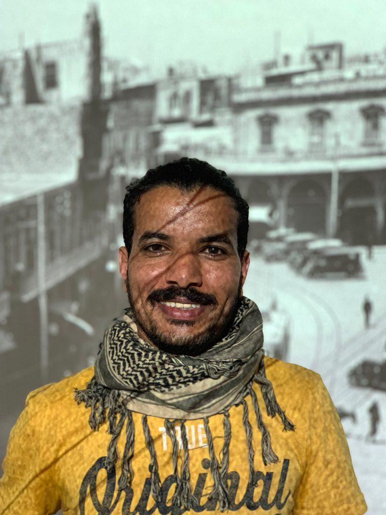 Hafez Al Moussa in der Ausstellung, Foto © Benjamin Doum